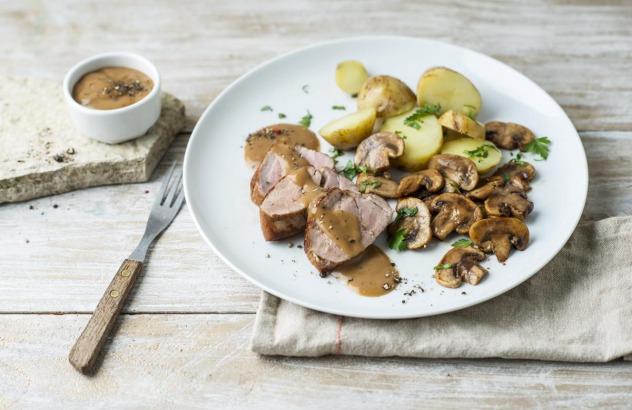 Varkenshaasje met aardappel in de schil en champignons
